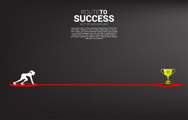 Silueta de empresaria lista para correr al trofeo al final de la ruta. concepto de visión, misión y objetivo del negocio.