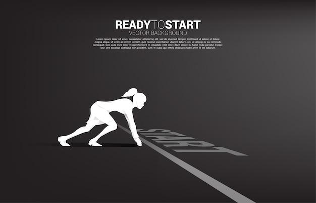 Silueta de empresaria lista para correr desde la línea de salida. concepto de personas dispuestas a iniciar carrera y negocios
