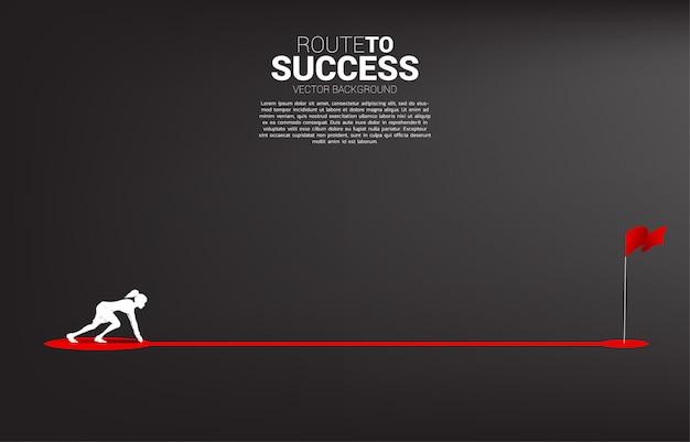 Silueta de empresaria lista para correr en ruta ruta a bandera roja en la meta. concepto de personas dispuestas a iniciar carrera y negocios para el éxito.