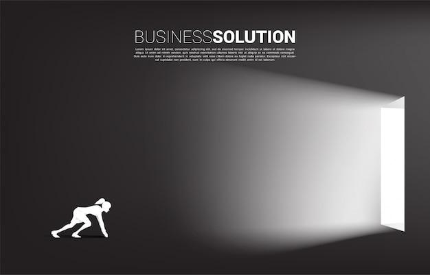 Silueta de empresaria lista para salir de una puerta. concepto de inicio de carrera y solución de negocios.