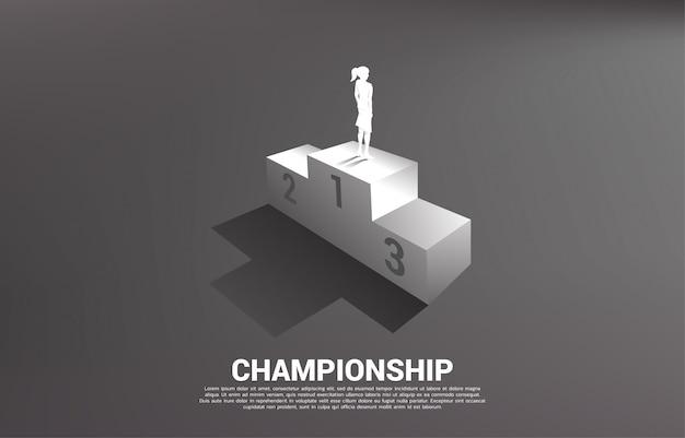 Silueta de empresaria de pie en el podio del primer lugar. concepto de negocio de ganador y éxito