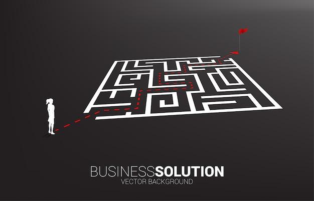Silueta de empresaria con ruta ruta para salir del laberinto a la bombilla. concepto de negocio para resolver problemas y encontrar ideas.