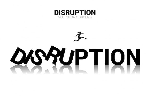 La silueta de la empresaria salta lejos del dominó del colapso. concepto de negocio de interrupción del negocio y efecto dominó