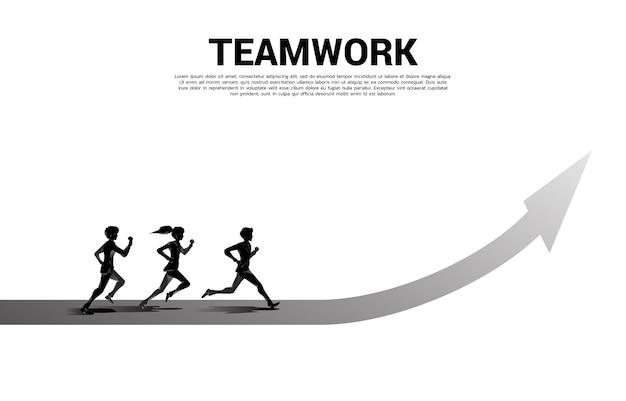 Silueta de empresario corriendo hacia adelante con flecha. concepto de personas listas para comenzar una carrera y un negocio.