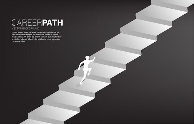 Silueta de empresario corriendo hacia arriba en la escalera. concepto de personas dispuestas a subir de nivel de carrera y negocios.