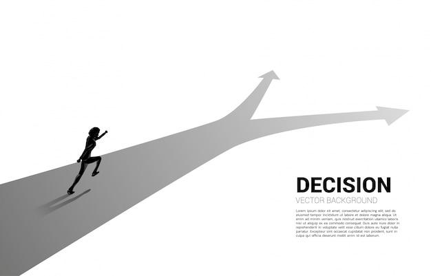 Silueta de empresario corriendo en el cruce. concepto de tiempo para tomar decisiones en la dirección empresarial.