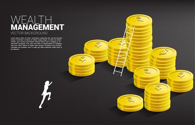 Silueta de empresario corriendo con pila de monedas y escalera.