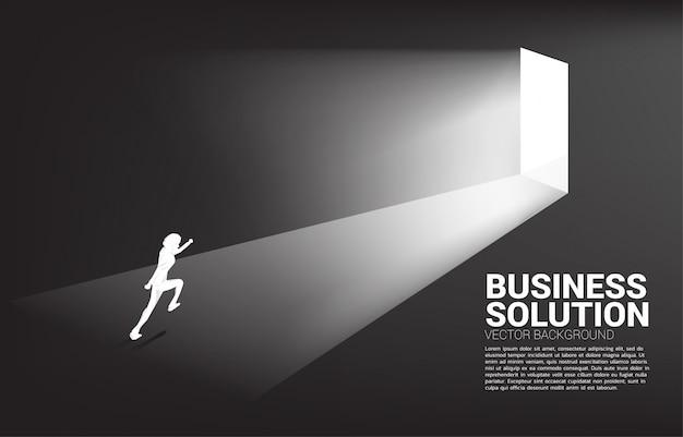 Silueta de empresario corriendo para salir de la puerta. concepto de puesta en marcha de carrera y solución empresarial.