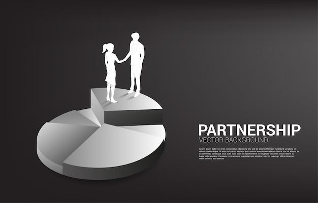 Silueta de empresario y empresaria apretón de manos en gráfico circular. concepto de trabajo en equipo, asociación y cooperación.
