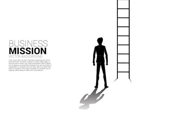 Silueta de empresario listo para subir con escalera