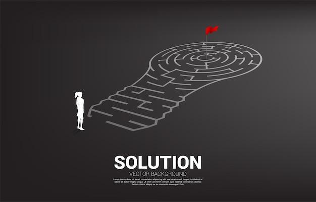 Silueta de empresario de pie con bombilla con juego de laberinto. concepto de negocio para la resolución de problemas y la búsqueda de ideas.