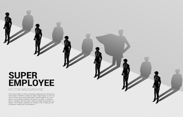 Uno de silueta de empresarios con su sombra de superhumano en la pared. concepto de potenciar el potencial y la gestión de recursos humanos