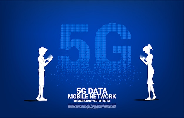 La silueta del hombre y la mujer utilizan el teléfono móvil con el fondo futurista de la transformación del pixel 5g. concepto para trabajo remoto desde casa y tecnología.