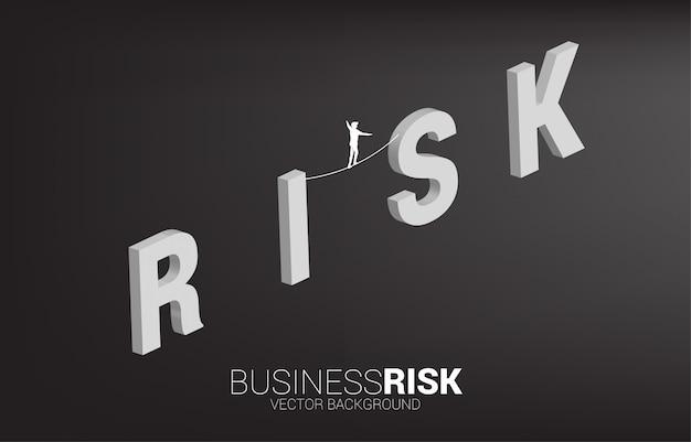 Silueta de hombre de negocios caminando sobre la cuerda a pie en la redacción del riesgo. concepto de riesgo empresarial y desafío en la carrera