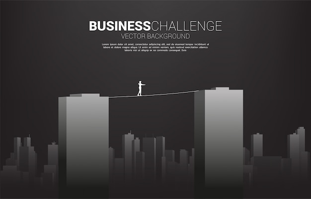 Silueta de hombre de negocios caminando sobre la cuerda a pie a través del edificio. concepto de riesgo empresarial y desafío en la carrera profesional