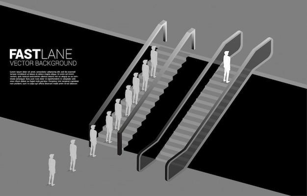 Una silueta de hombre de negocios se mueve más rápido que el grupo con escalera mecánica.
