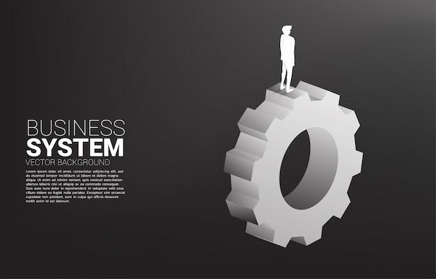 Silueta de hombre de negocios de pie en el engranaje grande. concepto de gestión y control empresarial