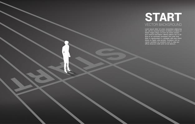 Silueta de hombre de negocios de pie en la línea de salida. concepto de personas dispuestas a iniciar carrera y negocios