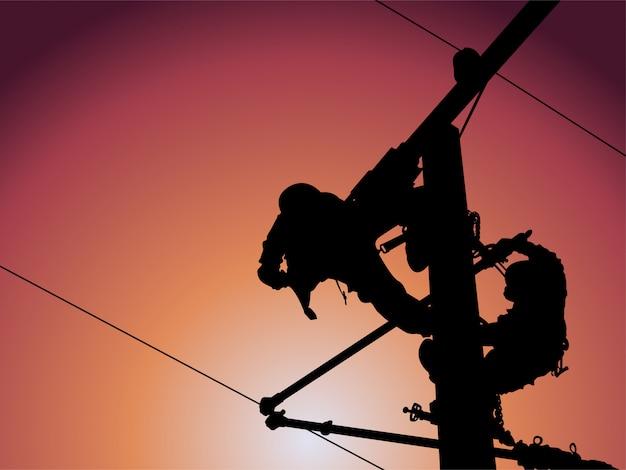 La silueta del instalador de líneas está reemplazando a los aisladores de aislantes dañados mediante el uso de juegos de pinzas de alambre aisladas, tirantes y juegos de cajas de batas en cables deslizantes que salen a una distancia segura de trabajo.