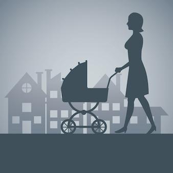 Silueta de la madre con el bebé del carro que recorre el fondo del barrio