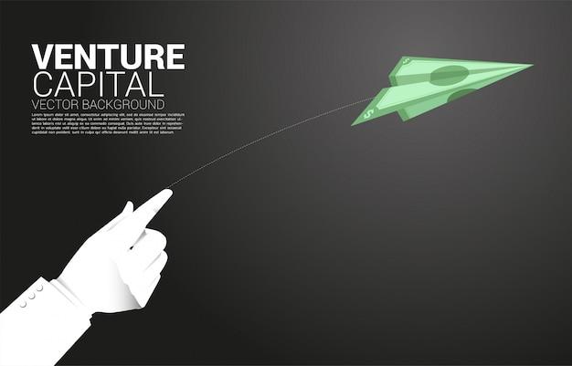 Silueta de la mano del empresario tirar billetes de papel origami avión de papel. concepto de negocio de inicio de negocios y emprendedor