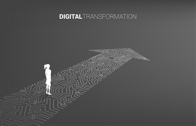 Silueta de mujer de negocios de pie en el estilo de placa de circuito de conexión de punto de flecha. banner de transformación digital de empresas.