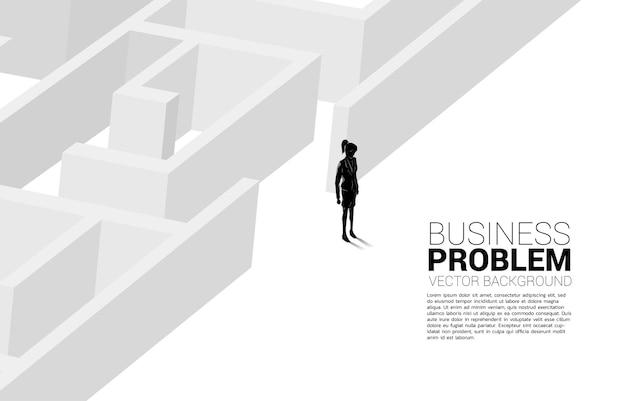 Silueta de mujer de negocios a la salida del laberinto. banner de negocios para resolver problemas y encontrar ideas.