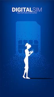 Silueta de mujer usa teléfono móvil con sim digital de transformación de píxeles. concepto de red y tecnología móvil.
