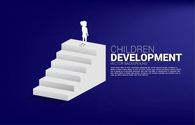 Silueta de niña de pie encima de la escalera. banner de personas listas para subir de nivel de carrera y negocios.