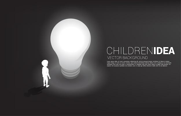Silueta de niño de pie con bombilla. banner de solución educativa y futuro de los niños.