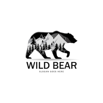 Silueta de oso salvaje con panorama de montañas.