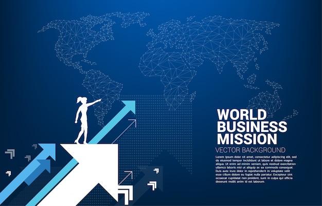 Silueta del punto de la empresaria adelante en mover la flecha hacia arriba con el fondo del mapa del mundo
