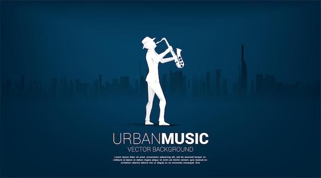 Silueta de vector de saxofonista con fondo de ciudad. concepto de ciudad de la música jazz.