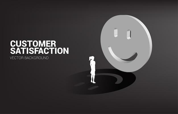 Siluetee a la empresaria que se coloca con la calificación del icono de la sonrisa 3d. concepto de satisfacción del cliente, calificación y clasificación del cliente.