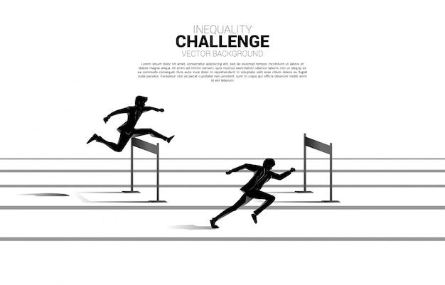 Siluetee uno del hombre de negocios que se coloca con obstáculo de los obstáculos. concepto de obstáculos profesionales y desigualdad.