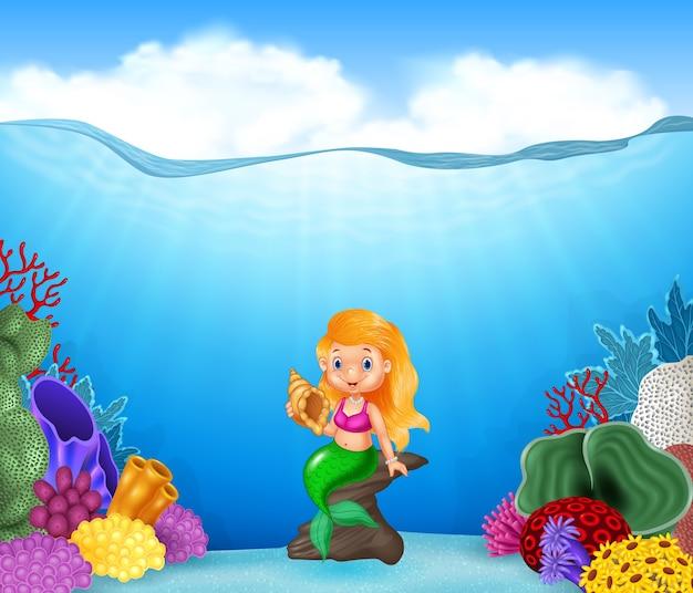 Sirena de dibujos animados sosteniendo seashell