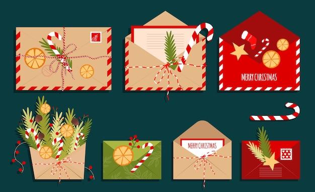 Sobres de navidad. cartas de año nuevo. un juego de tarjetas regalo, sobres postales, abiertos y cerrados con dulces, ramas de árboles de navidad y juguetes.