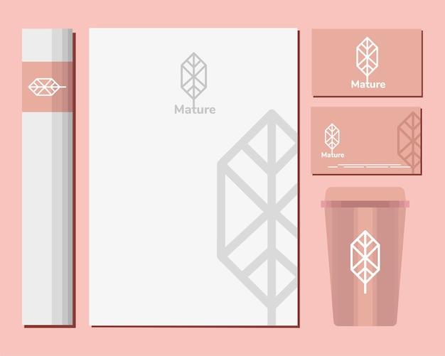 Sobres y paquete de elementos de conjunto de maquetas en diseño de ilustración rosa