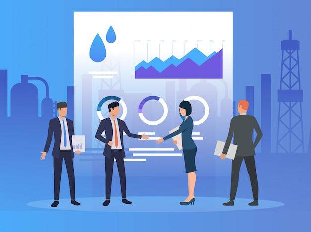 Socios de negocios trabajando y discutiendo temas, diagramas.