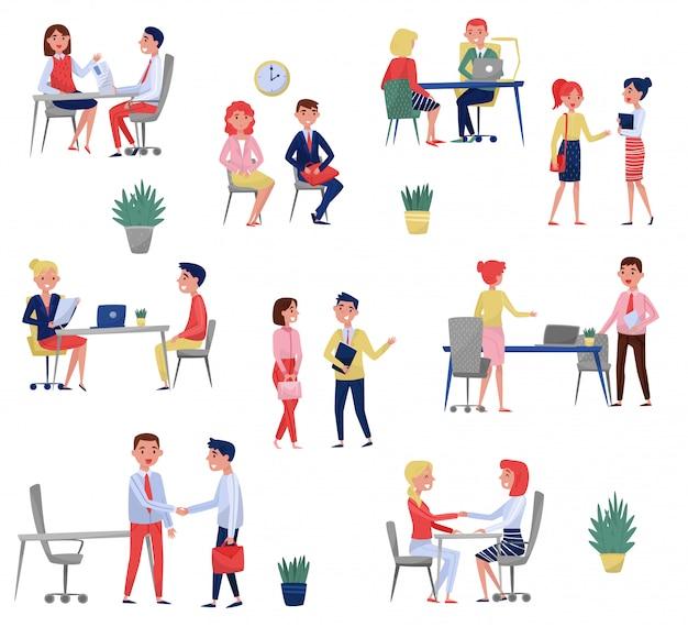 Solicitantes de nuevos empleados que tienen una entrevista de trabajo con especialistas en recursos humanos establecidos, concepto de reclutamiento ilustraciones sobre un fondo blanco