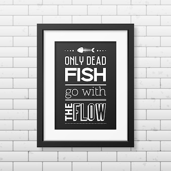 Solo los peces muertos van con el flujo cita en el marco negro cuadrado realista