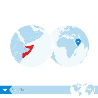 Somalia en globo terráqueo con bandera y mapa regional de somalia. ilustración de vector.