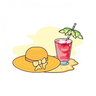 Sombrero femenino de mimbre en la playa con vaso de jugo