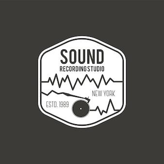 Sonido, etiqueta de vector de estudio de grabación, insignia, logotipo de emblema con instrumento musical. ilustración vectorial de stock aislada sobre fondo oscuro.