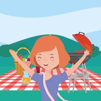 Sonriente mujer cesta parrilla jugo picnic naturaleza paisaje