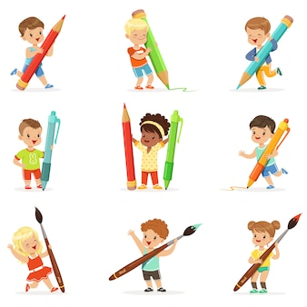 Sonrientes niños y niñas con grandes lápices, bolígrafos y pinceles, listos para. dibujos animados detalladas ilustraciones coloridas