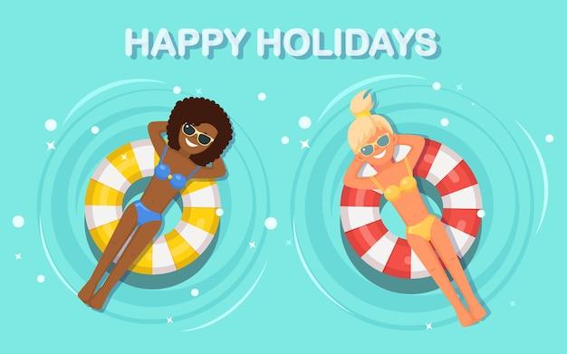 Sonrisa mujer nada en piscina ilustración