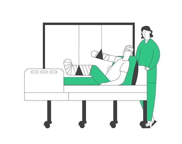 Soporte médico o enfermera en la cámara con el paciente acostado en la cama con la cabeza limitada, el brazo y la pierna rotos, el desvío médico del personal en el departamento de traumatología del hospital.