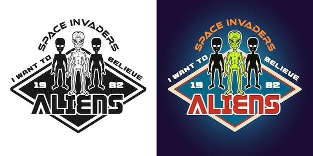 Space invaders vector emblema, insignia, etiqueta, logotipo o estampado de camiseta en dos estilos monocromáticos y coloreados con extraterrestres