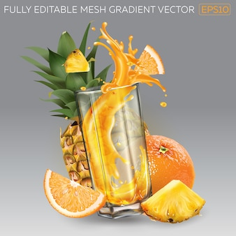 Splash de jugo de fruta en un vaso, piña y naranja enteras y en rodajas.